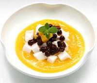 黒タピオカとココナッツミルク寒のマンゴーソース